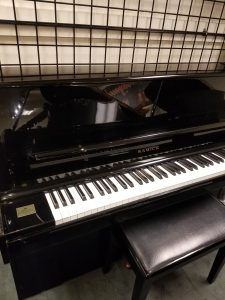 "<img alt=""Samick Console Piano 1."">"